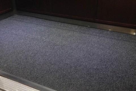 Thảm lót trong thang máy